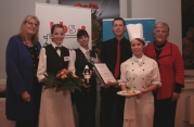 Die stellvertretende Regionspräsidentin Angelika Walther (links) überreichte die Präsente.
